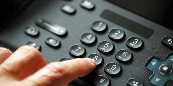 Mão discando Telefone